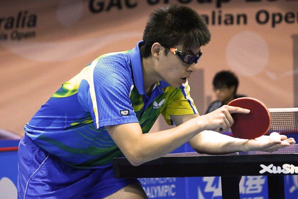 Kurioser Ballwechsel beim Tischtennis  Schiedsrichter wirft sich weg!