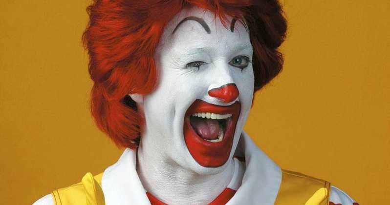 """Verkleidete McDonald's Fans statten  Konkurrenz einen """"bösen"""" Besuch ab!"""