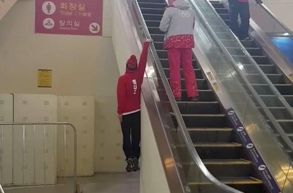 Rolltreppe mal besonders lässig  Mann fährt außen mit!